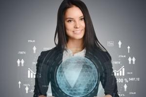 Mujer sosteniendo una tabla con un mundo holografico