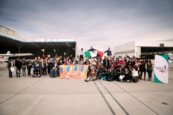 Grupo de personas en el aeropuerto de la ciudad de Toluca