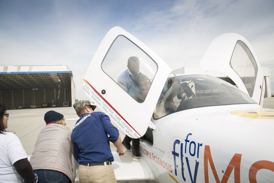 Un ingeniero de Google y un inversionista de Wall Street comparten el milagro de volar con personas que enfrentan problemas motores debido a la Esclerosis Múltiple.
