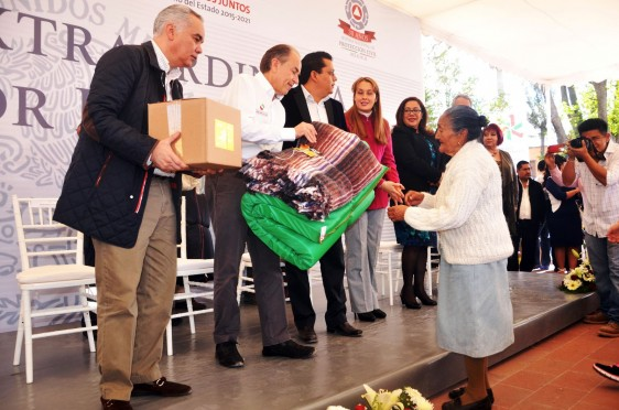 Funcionarios de la Secretaría de Salud entregaron cobertores, colchonetas y otros insumos