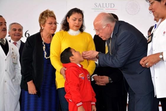 José Narro Robles aplicando vacuna a un niño