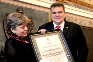 Alicia Bárcena sostiene cuadro con diploma