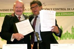Manuel Mondragón y Kalb, y Ricardo Monreal Ávila mostrando un documento en sus manos