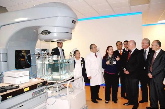 El Secretario de Salud inauguró la Sala de Espera del Servicio de Urgencias del Hospital de la Mujer. En una de cada cuatro familias mexicanas la mujer constituye el sostén económico del hogar, dijo