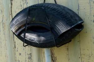 Creado a partir de dos secciones de 50 cm de un viejo neumático de coche, unidos para tener una forma similar a una boca, con una válvula de descarga de fluido en la parte inferior.