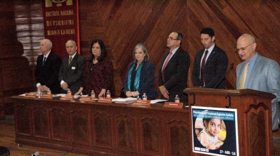 Funcionarios de pie en conferencia de prensa.