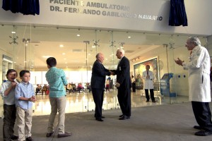 El Dr. José Narro, titular de la Secretaría de Salud, resaltó el trabajo en docencia y administración de los servicios de salud del galardonado.