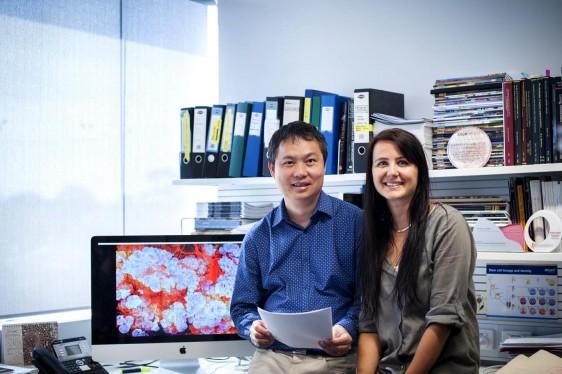 Nai Yang Fu y Anne Rios con un monitor al lado mostrando una ilustración