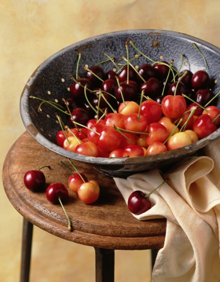 La melatonina que contienen las cerezas frescas, puede contribuir a ayudarte a dormir mejor