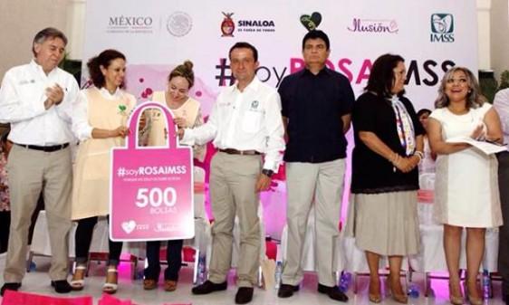 Mikel Arriola entregó 500 prótesis artesanales a mujeres sobrevivientes de cáncer de mama, como parte del programa La Bolsa Rosa, que promueve la presidenta honoraria del voluntariado IMSS, Jimena Galindo Díaz.
