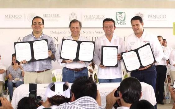 El Director General del IMSS, Mikel Arriola, y el titular del Instituto Mexicano de la Juventud, José Manuel Romero, firmaron un convenio para promover medidas de prevención en salud, en presencia del Secretario de Desarrollo Social, José Antonio Meade, y el Gobernador Javier Duarte.