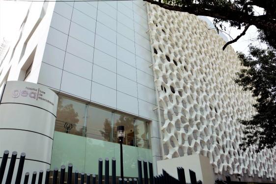 """La fachada de la Torre de Especialidades del Hospital General """"Manuel Gea González"""" está hecha con material que realiza un proceso similar al de los árboles"""