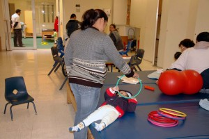 Los síntomas son espalda torcida, hipertrofia en la pantorrilla y debilidad progresiva de los músculos