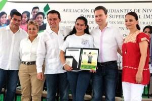 En representación de los estudiantes chiapanecos, Aline Nathali López González, alumna de la Facultad de Derecho de la Universidad Autónoma de Chiapas (UNACH), agradeció el seguro que por derecho les brinda el IMSS ya que cuentan con atención médica para cuidar su salud.