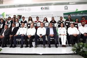 El Director General del Seguro Social, Mikel Arriola, entregó al Gobernador Carlos Lozano de la Torre 68 mil números de seguridad social y se llega a 6.5 millones de estudiantes de bachillerato y universidades públicas incorporados al Instituto.