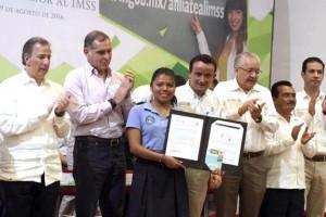 Los funcionarios estuvieron acompañados por el gobernador de Oaxaca, Gabino Cué Monteagudo; el director general de Liconsa, Héctor Pablo Ramírez Puga Leyva; y el rector de la Universidad del Mar, Modesto Seara Vásquez.