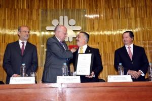 El Secretario de Salud, doctor José Narro Robles, le dio posesión para el periodo 2016-2021