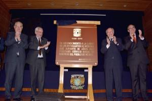 Durante la ceremonia, el Secretario de la Salud y el Rector de la UNAM develaron la placa conmemorativa del 80 Aniversario del Servicio Social Médico.