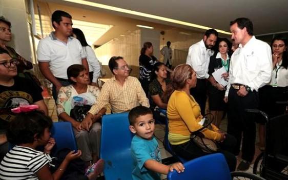 En sus recorridos por las unidades médicas, el Director General platicó con pacientes para conocer la opinión sobre los servicios y las necesidades. También pidió a los trabajadores de estos centros mejorar el trato a los derechohabientes.