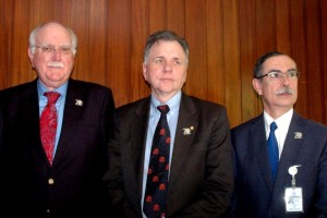 De izquierda a derecha: Prof. David Peura, Prof. Barry Marshall y Dr. Luis Uscanga