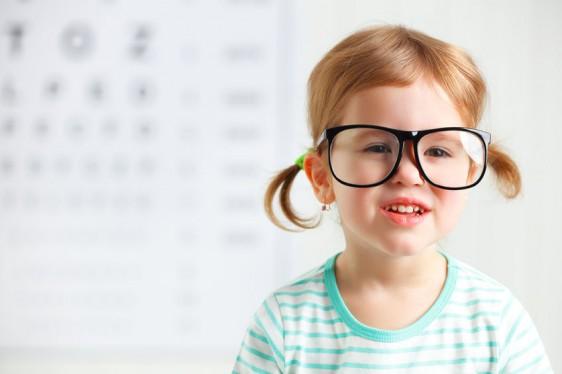 Los errores refractivos como la miopía, la hipermetropía y el astigmatismo, por lo general podrían pasar desapercibidos en los primeros años de vida a pesar de las implicaciones significativas para el niño que los padece, explica laoptómetraNorma Orozco.
