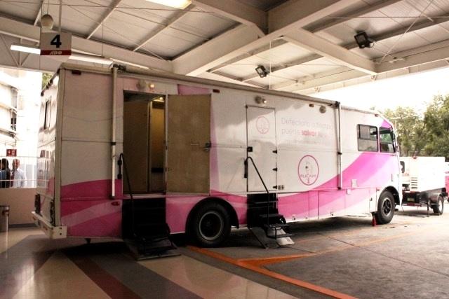 Autobus de la carabana rosa.