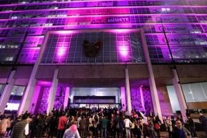 """El Director General, Mikel Arriola, y la Secretaria Ejecutiva de la Fundación IMSS presentaron el libro """"Mi Lucha es Rosa"""" y alumbraron de rosa la sede central."""