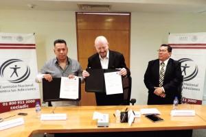 El titular de la CONADIC, Manuel Mondragón y Kalb, y el Secretario General la Unión de Expendedores y Voceadores de los Periódicos de México, Marco Antonio Reyes Díaz, firman convenio de colaboración