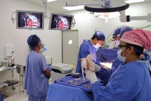 Cirujanos trabajando en transplante de riñon