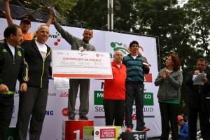Al término del evento deportivo familiar, el doctor José Narro Robles entregó las medallas de los 3 primeros lugares a los ganadores de la categoría de 5 kilómetros, en las ramas varonil y femenil.