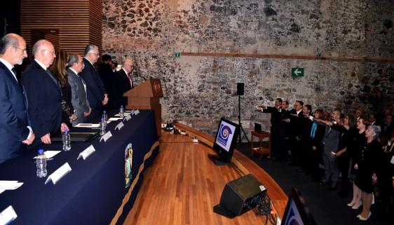 Posteriormente, ante el doctor Narro Robles, el presidente fundador de la ACAMED, Alberto Lifshitz Guinzberg, tomó protesta a los integrantes de la mesa directiva 2016-2018, encabezada por Matilde Enríquez Sandoval.