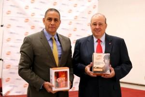 Luis Manuel Hernández Rojas y Fernando Suinaga Cárdenas sostienen caja de producto