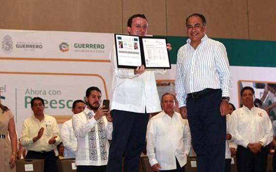 Arriola Peñalosa recibió del gobernador de la entidad, Héctor Astudillo, los folios de Autorización de Validez Oficial para impartir Educación Preescolar.
