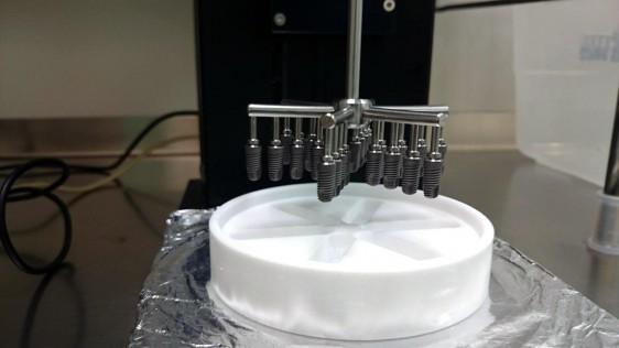 Momento de la experimentación donde se añade el recubrimiento al implante.