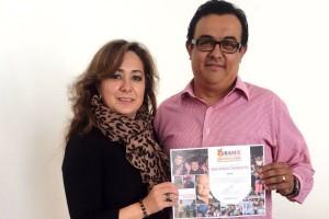 La M.R.S. Angélica Rivera de la Loza, directora de desarrollo institucional del Banco de Alimentos del Estado de México, entrega al CP Mario Alberto Martínez Rodríguez, gerente de administración de Ysonut México, un reconocimiento por el compromiso adquirido por Laboratorios Ysonut al combate de la desnutrición en México.