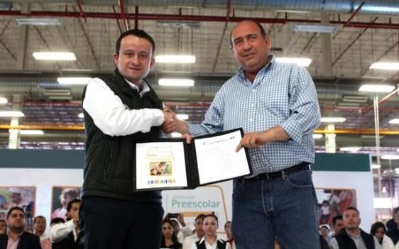 El Director General del Seguro Social, Mikel Arriola, recibió del gobernador Rubén Moreira Valdez folios de autorización para impartir educación inicial en la entidad
