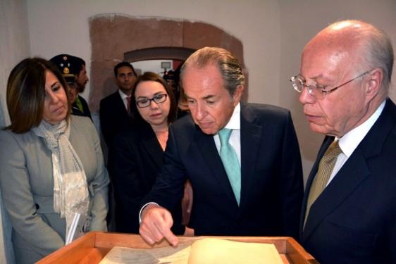 El Secretario de Salud entregó al gobernador de San Luis Potosí, Juan Manuel Carrera la edición facsímil de la Carta Magna