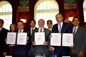 Asistieron por parte del Poder Legislativo, Elías Octavio Íñiguez Mejía y Francisco López Brito, presidentes de las comisiones de Salud de las cámaras de Diputados y de Senadores, respectivamente, así como la senadora Cristina Díaz y la diputada Rosalinda Mazari, entre otros.