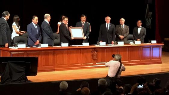 En presencia del Secretario de Salud, José Narro Robles, el doctor José Alejandro Madrigal Fernández recibió el Doctorado Honoris Causa por la Universidad de Guadalajara