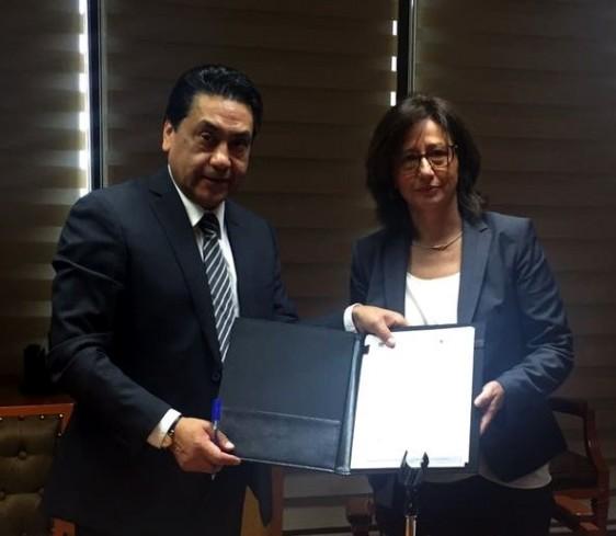 José Luis Tellez Becerra, Director de ISSEMyM y Sylvia Vareka Directora General de Astrazeneca