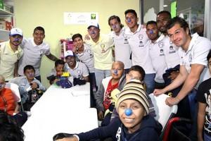 Momentos de sorpresa y alegría vivieron más de 50 niños del servicio de oncología pediátrica del Centro Médico Siglo XXI, con la visita de integrantes del Club de Futbol América, quienes por unas horas convivieron entre pláticas, bromas y risas, además de tomarse fotos y firmar autógrafos.