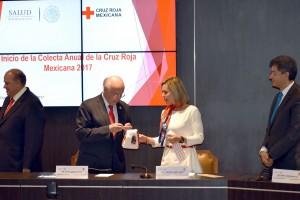 México cuenta con instituciones centenarias como la Cruz Roja, la cual a través de 107 años ha mantenido su vocación de servicio y su acción voluntaria, pero lo más importante ha sabido mantener la confianza de la sociedad, afirmó el Secretario de Salud, José Narro.