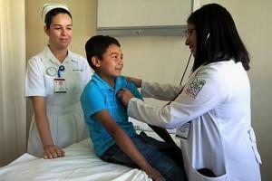 Población desde recién nacidos a los 14 años de edad, quienes más lo padecen; se recomienda esquema de vacunación completa, alimentación adecuada y control del peso corporal.