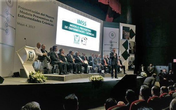 Durante la presentación, a la que acudieron el líder de la CTM, Carlos Aceves del Olmo; el presidente del Consejo Coordinador Empresarial, Juan Pablo Castañón; el dirigente del Sindicato del IMSS, Manuel Vallejo Barragán; así como representantes de la industria de la transformación en Nuevo León, entre otros dirigentes.