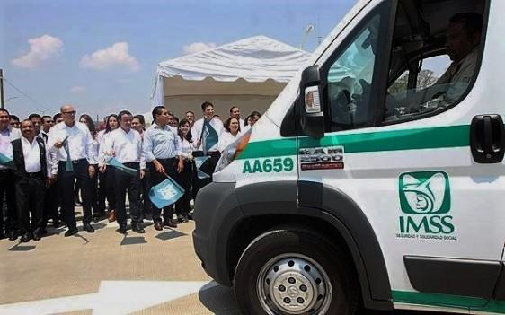 En el mismo evento, Mikel Arriola encabezó el banderazo de salida a 3 nuevas ambulancias que darán servicio en esta unidad médica.