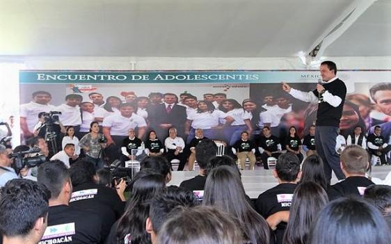 El titular del Seguro Social se reunió con 600 estudiantes de prepa y bachillerato de la entidad, a quienes invitó a cuidar su salud, prevenir adicciones, embarazo adolescente y males crónico degenerativos.