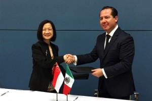 El Comisionado Federal Julio Sánchez y Tépoz firmó un Memorándum de Entendimiento con Choong May Ling Mimi, Directora Ejecutiva de la Autoridad de Ciencias de la Salud de ese país. Ambas naciones estrechan cooperación en temas de regulación de productos terapéuticos, dispositivos médicos e insumos para la salud.