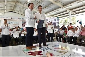 El Gobernador Manuel Velasco agradece los apoyos del IMSS y entrega folios de validez oficial para que 1,381 niños de las 13 guarderías en Chiapas reciban el primer año de educación preescolar.