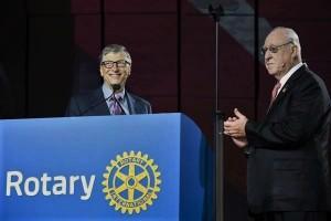 Bill Gates, co-presidente de la Fundación Bill & Melinda Gates y el presidente de RI, John Germ, anuncian nuevos compromisos para el esfuerzo de erradicación de la poliomielitis en la Convención de Rotary en Atlanta.
