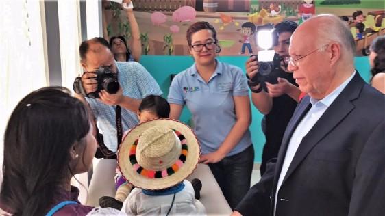El doctor Narro Robles conversó con los pacientes a quienes les externó el interés del Presidente de la República, Enrique Peña Nieto, por mejorar los servicios para una población saludable.